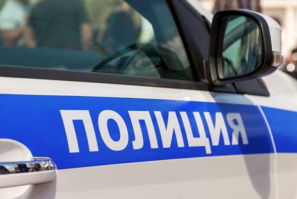 В Петербурге между этажами дома обнаружили мужской труп в лодочках